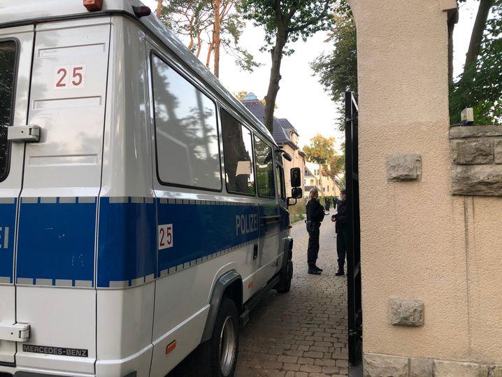 Einsatzwagen vor der Villa Abou-Chaker in Berlin