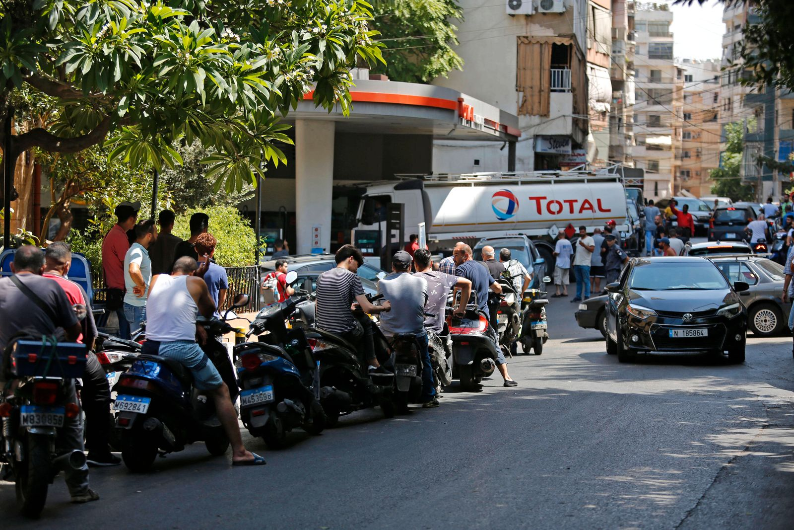 (210831) -- BEIRUT, Aug. 31, 2021 -- A crowd of people are seen in front of a petrol station in Beirut, Lebanon, on Aug