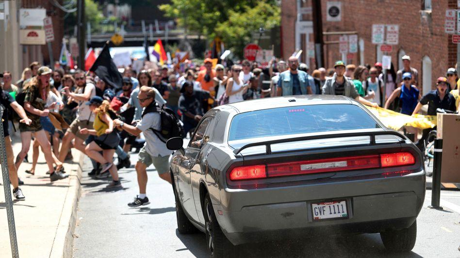 Gewalt bei Rassisten-Aufmarsch: Tote in Charlottesville - Gouverneur ruft Ausnahmezustand aus