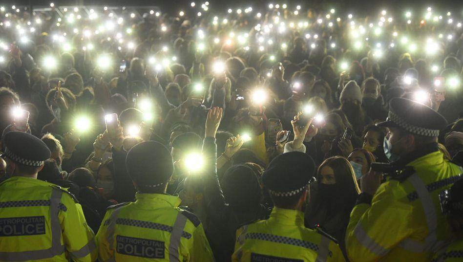 Hunderte Menschen gedachten in einem Park im Süden Londons einer ermordeten 33-Jährigen