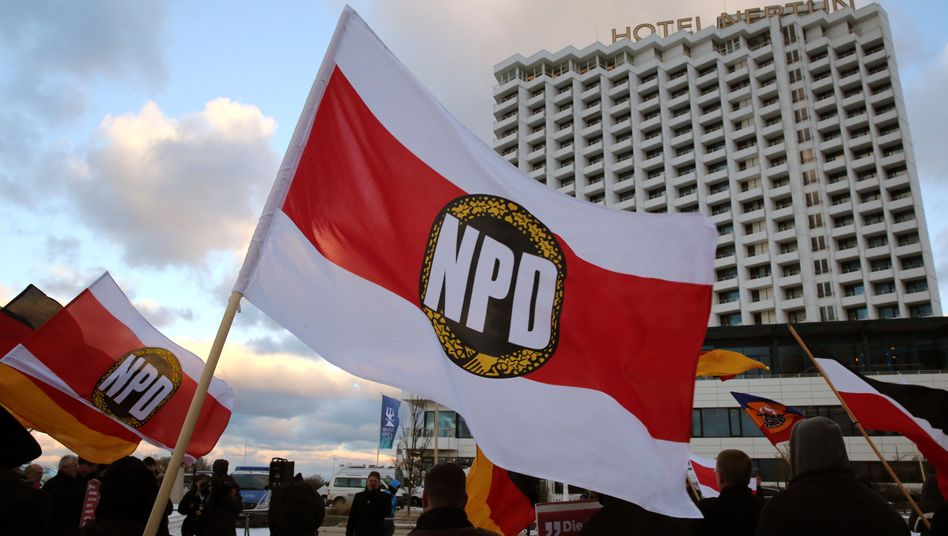 NPD followers in Rostock: The far-right party has been fined €1.27 million for dodgy accounting.