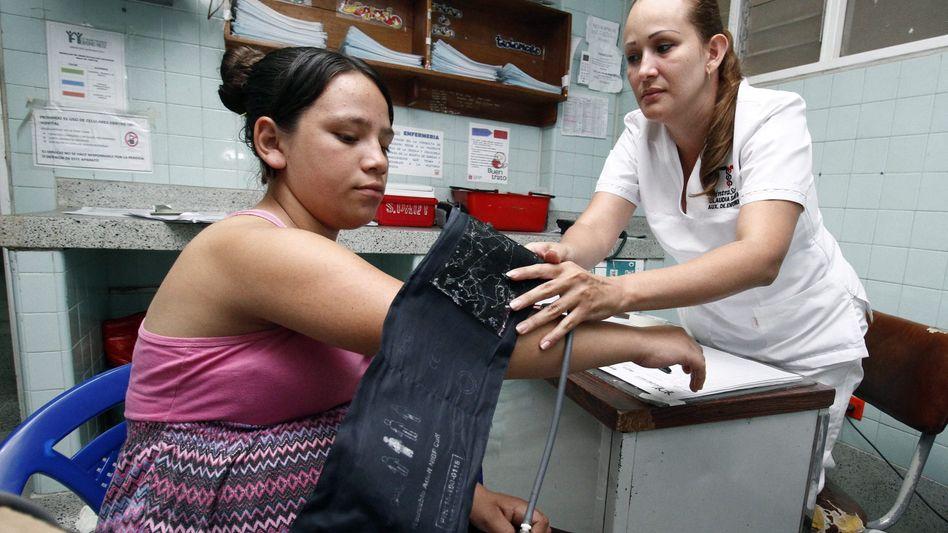 Krankenhaus in Kolumbien: Schwangere wird untersucht