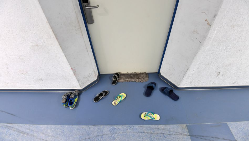 Schuhe in einem Flüchtlingsheim in Wünsdorf: »Ich bin nicht traurig, wenn einer nicht extra Danke sagt«