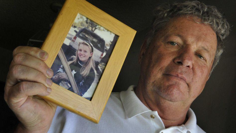 Seltenes Happy End: Carl Probyn mit einem Bild seiner Stieftochter Jaycee Lee Dugard.