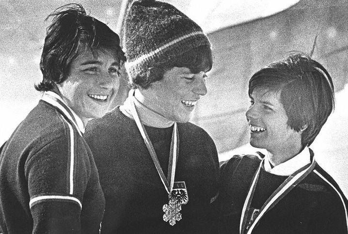 Erika Schinegger (M.) nach ihrem Goldmedaillengewinn 1966