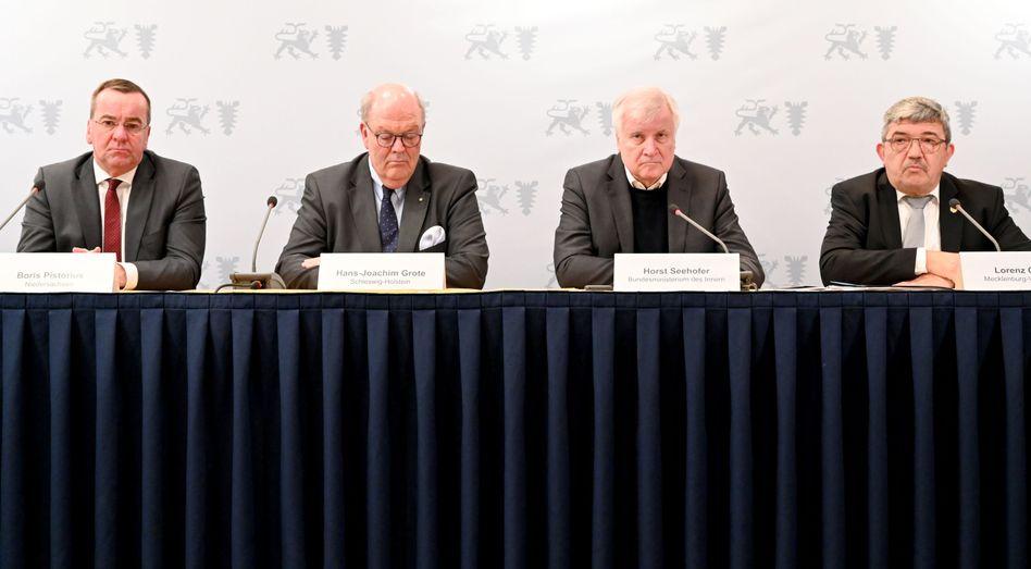 Die Innenminister Boris Pistorius (v.l.n.r.), Hans-Joachim Grote (CDU), Bundesinnenminister Horst Seehofer (CSU) und Lorenz Caffier (CDU)