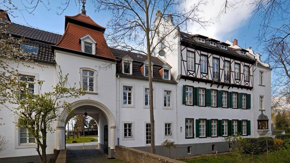 Vorburg und Herrenhaus der Burg Blessem vor der Flut