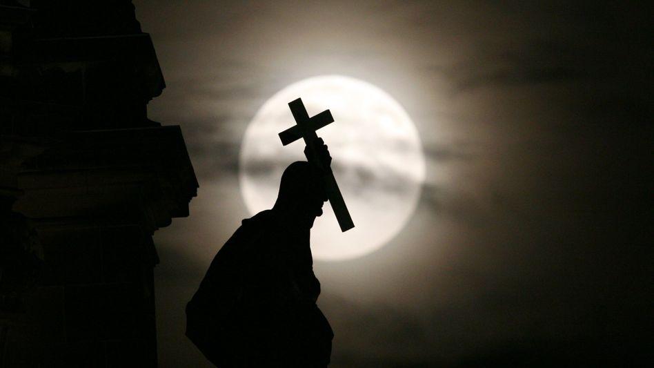 Kirchenleute haben ihr Kreuz zu tragen, daran werden Gerichte wenig ändern