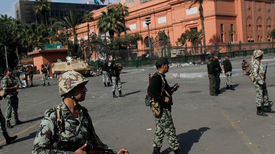 Soldaten vor dem Altertümer-Museum in Kairo: Dutzende Plünderer festgenommen