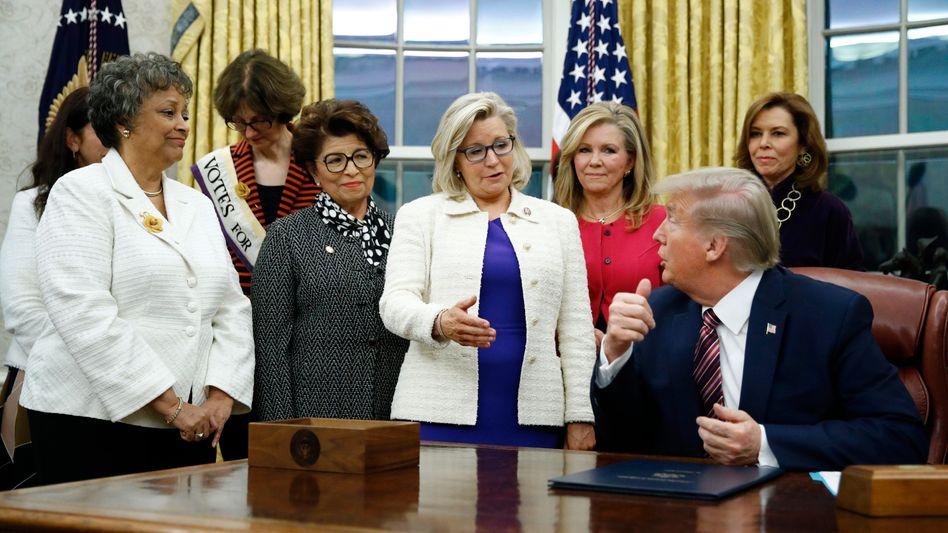 Liz Cheney (Mitte) mit Donald Trump (im November 2019)