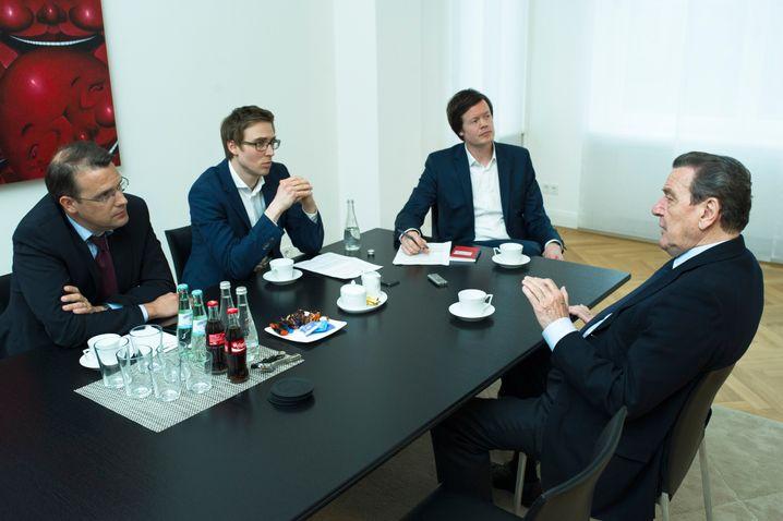 Heimspiel: Schröder in seinem Hannoveraner Büro mit den SPIEGEL-ONLINE-Redakteuren Roland Nelles, Veit Medick und Florian Gathmann (v. l. n. r.)
