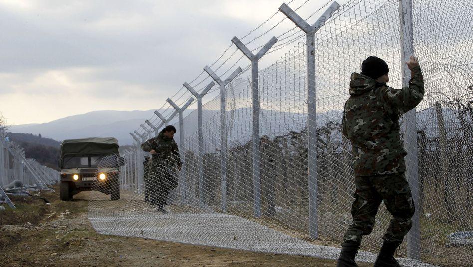 Soldaten an der Grenze zwischen Mazedonien und Griechenland: Ärger um die Balkanroute
