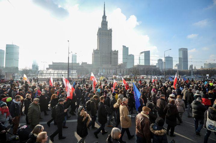 Demonstration in Warschau: Gegen die PiS, für Walesa