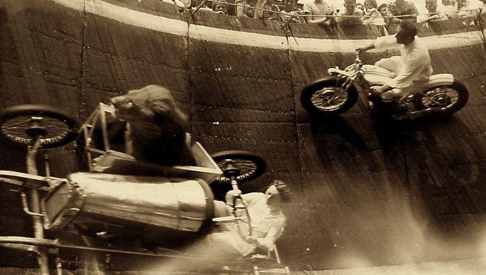 Motorrad-Artisten: Mit 60 Sachen in die Todeswand