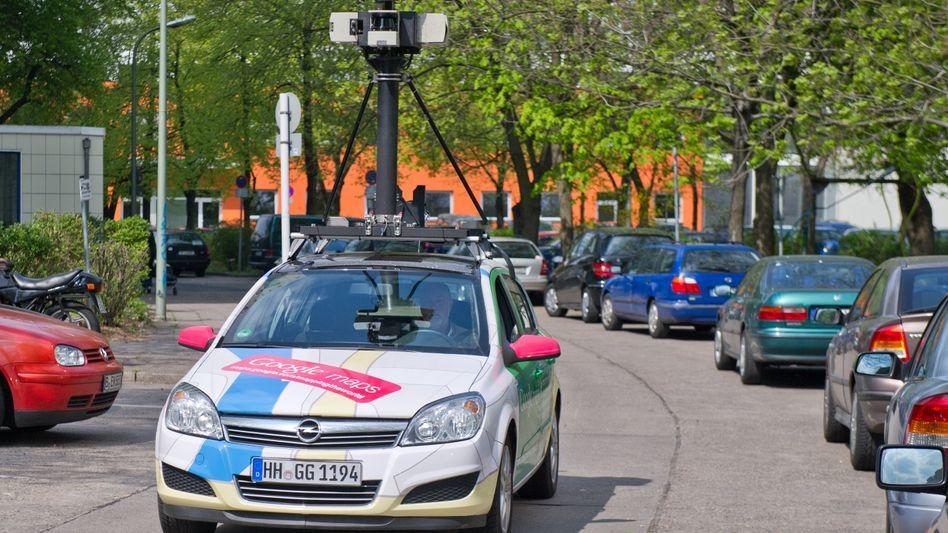 Google-Kameraauto: Ein Street-View-Wagen fährt durch Berlin