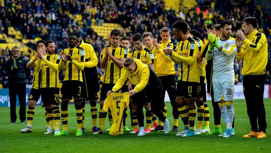 Dortmunds Mannschaft vor der Südtribüne