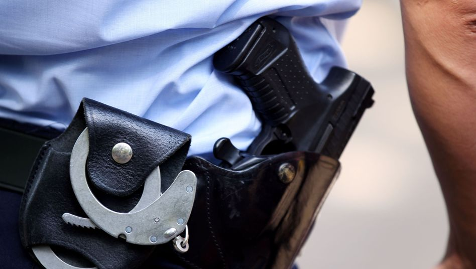 Bewaffneter Polizist (Archiv): Wie umgehen mit Kindern, die schwere Straftaten begehen?