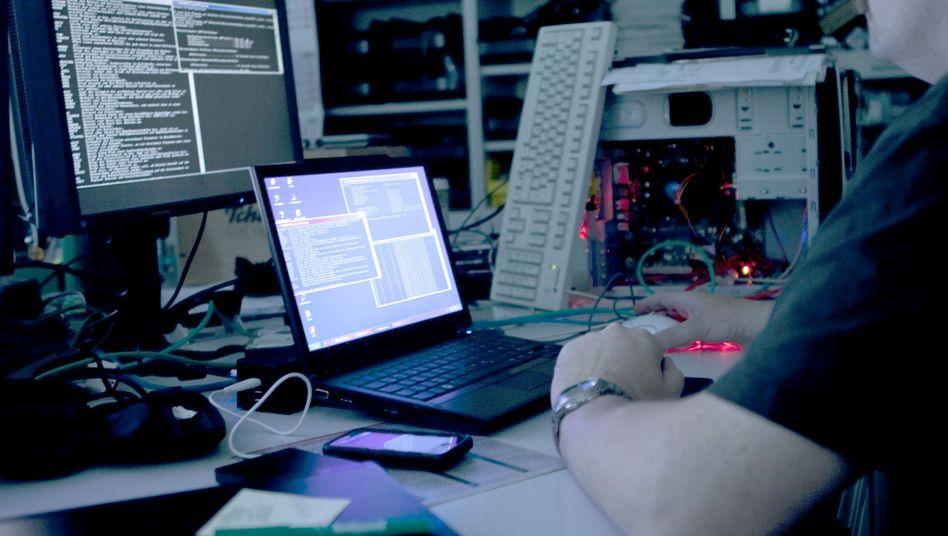 Ein Mann vor Computerbildschirmen: Die USA im digitalen Abwehrkampf