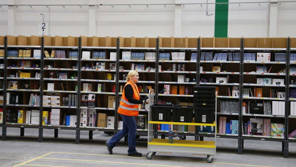 Arbeiterin im Amazon-Versandzentrum bei Berlin: Liefern auf Verdacht