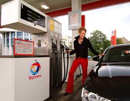 Bio-Mix aus der Zapfpistole: Nach der neuen EU-Richtlinie sollen bis Ende 2005 alle Kraftstoffe einen gewissen Anteil biologischer Komponenten enthalten