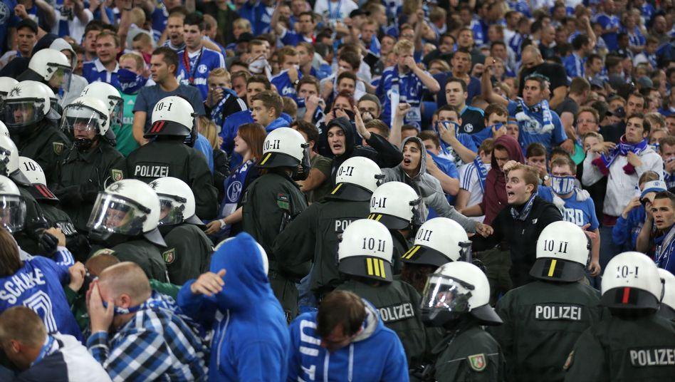 Polizeieinsatz auf Schalke: Liga-Chef contra Polizei-Funktionär