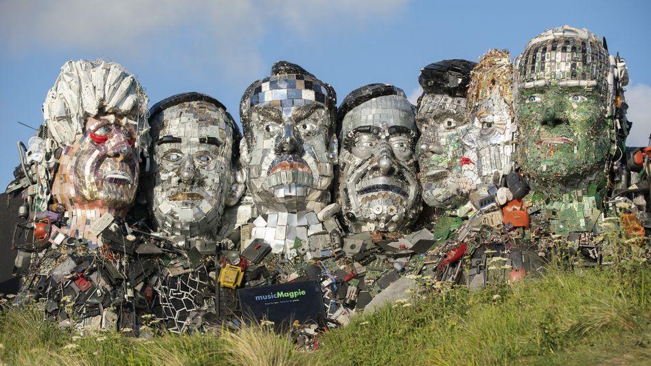 Nachbau aus Müll: Die Konterfeis von Boris Johnson, Yoshihide Suga, Emmanuel Macron, Mario Draghi, Justin Trudeau, Angela Merkel und Joe Biden (v.l.) nahe dem G7-Tagungsort St. Ives