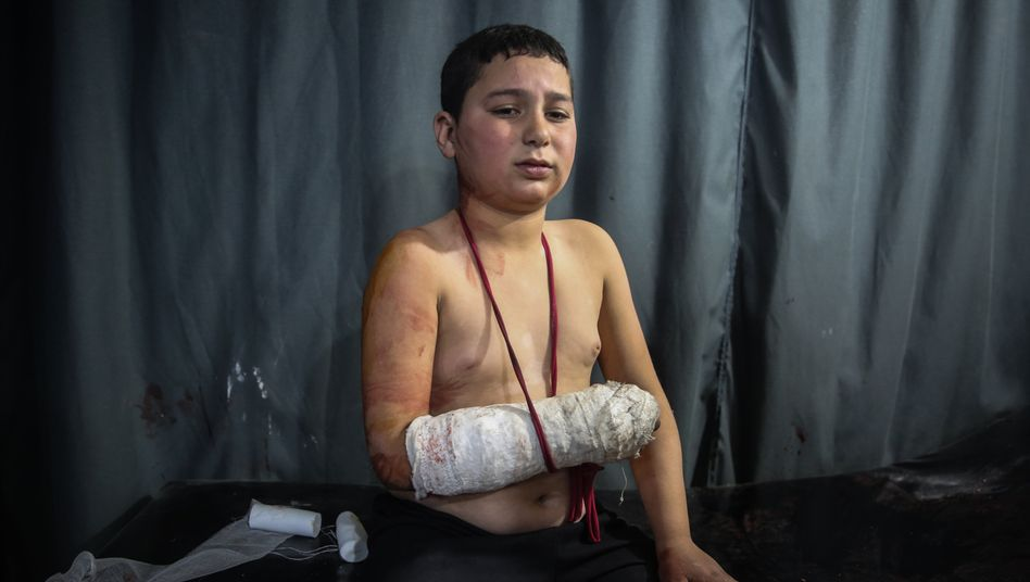 Ein verletzter Junge nach einem mutmaßlichen Luftangriff syrischer Streitkräfte auf eine Schule in Idlib (Archivbild vom Februar 2020)