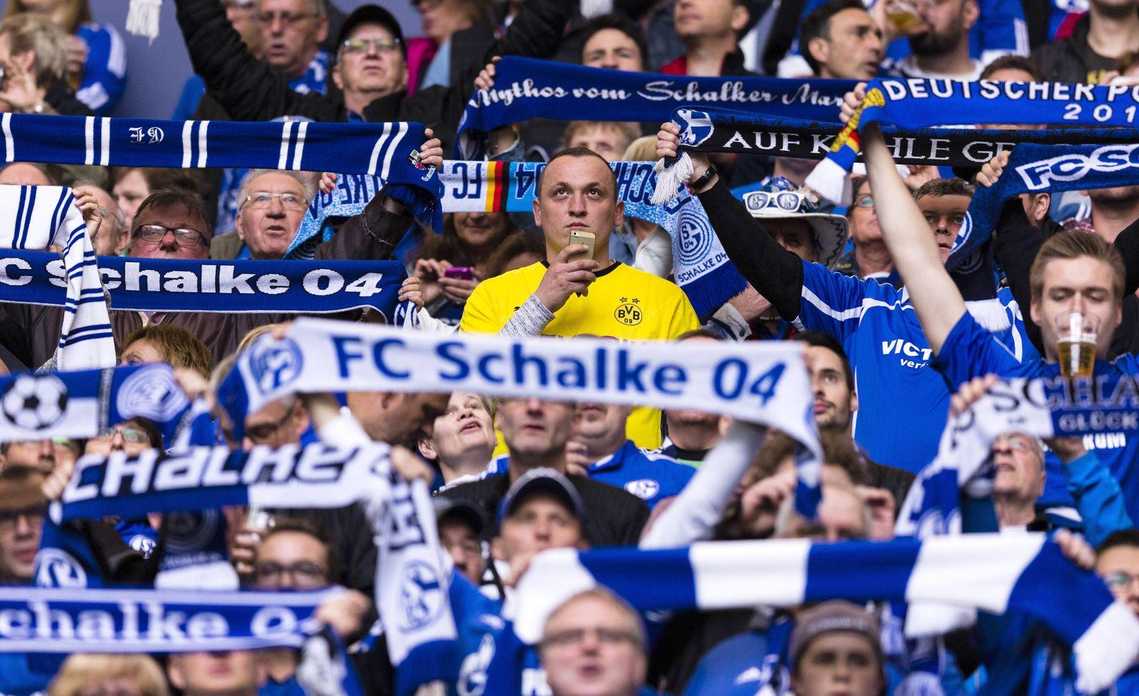 EINMALIGE VERWENDUNG Fußball / Rivalität / Fans
