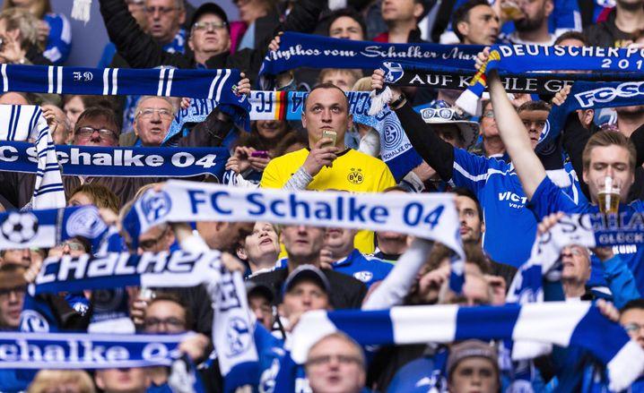 Ein BVB-Fan unter Schalkern