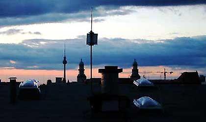 Der Himmel über Berlin: Wer weiß, worauf er achten muss, erkennt die Dosenantenne