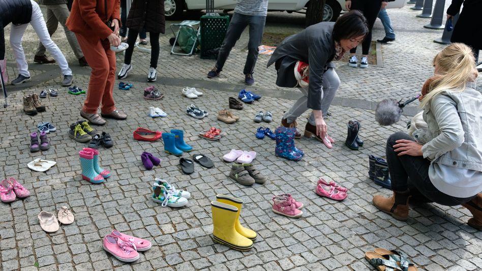 Kinderschuhe als Zeichen für die missbrauchten Kinder von Lügde: Protest vor dem Landtag in Hannover