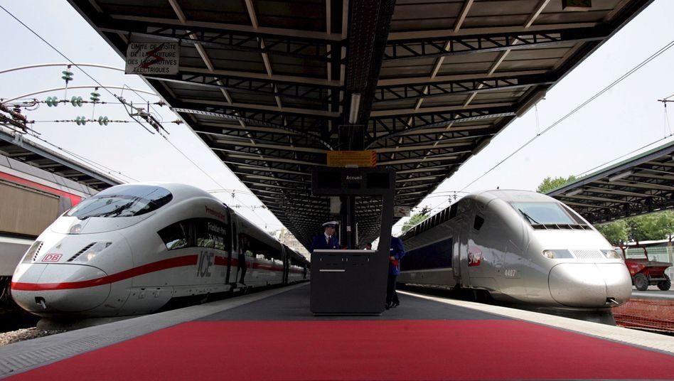 Ein deutscher ICE (l) und ein französischer Hochgeschwindigkeitszug TGV