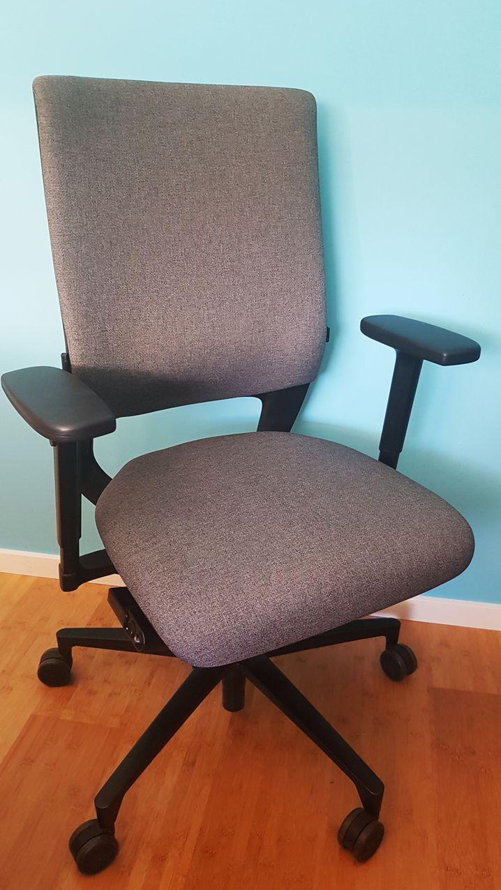 Klimastuhl von Klöber: Links unter der Sitzfläche kontrollieren zwei kleine Kippschalter, ob der Stuhl wärmt oder kühlt