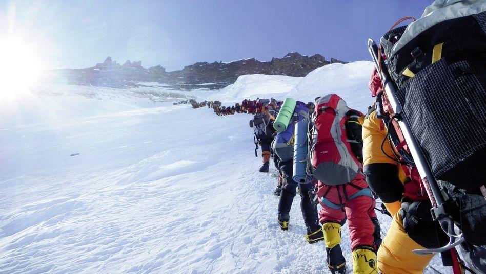 Everest-Bergsteiger am 18. Mai in 7600 Meter Höhe auf dem Weg ins Lager 4: Jeder, der einigermaßen zu Fuß ist, kann die Tour buchen