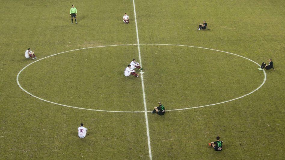 Fußballer von Larissa: Gemeinsamer Sitzstreik für Flüchtlinge