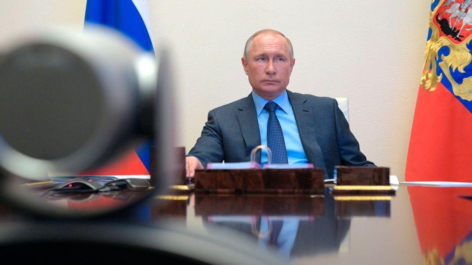 Wladimir Putin im Homeoffice in seiner Residenz Nowo-Ogarjowo
