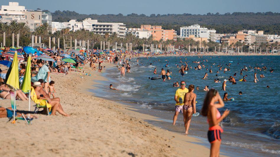 Feriengäste am Strand von Mallorca