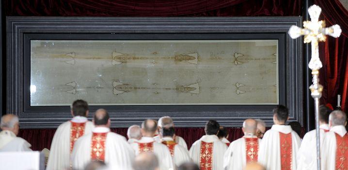 Begutachtung des Tuches während einer Messe im Jahr 2015