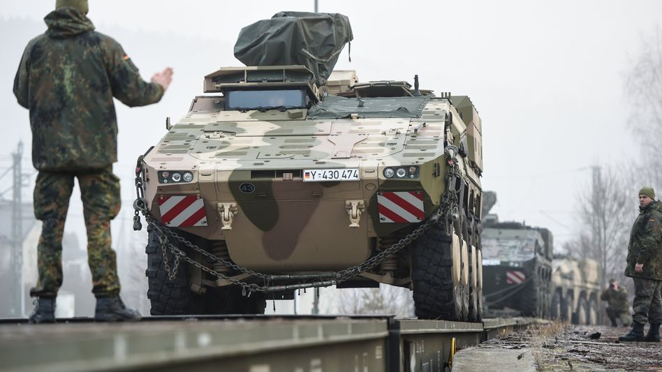 Transportpanzer des Typs Boxer (bei der Verladung in Immendingen im Januar 2018)