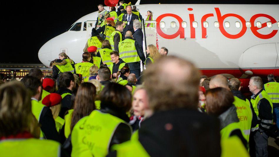 Air-Berlin-Mitarbeiter nach der Landung der letzten Maschine am Freitag