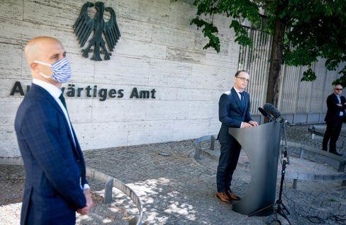 Außenminister Heiko Maas (r.) am 3. Juni: Reisewarnungen für 31 Staaten aufgehoben