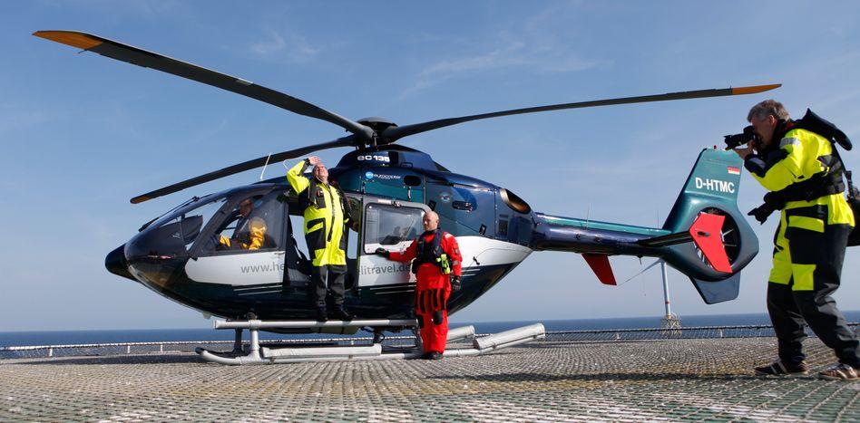 Eurocopter-Hubschrauber EC 135 (bei einem Besuch des damaligen Umweltministers Peter Altmaier in einem Nordsee-Windpark im August 2012)