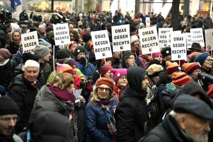 Aus Protest gegen die neue rechtskonservative Regierung in Österreich gehen am 13.01.2018 in Wien (Österreich) mehrere tausend Menschen auf die Straße. Die Organisatoren werfen der Regierung aus der konservativen ÖVP von Bundeskanzler Sebastian Kurz und der rechten FPÖ rassistische, rechtsextreme und neofaschistische Tendenzen vor. Foto: Hans Punz/APA/dpa +++(c) dpa - Bildfunk+++ |