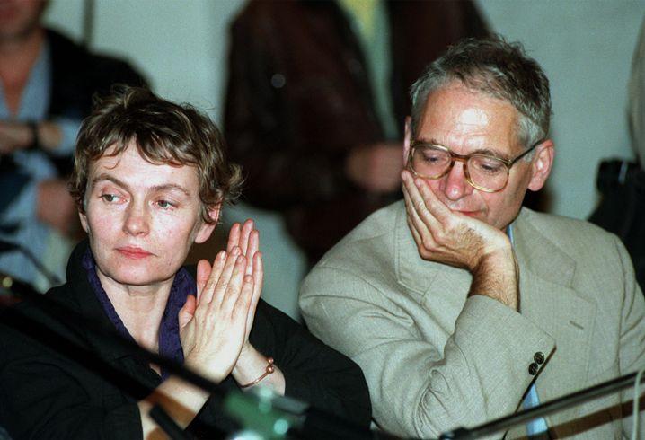 24. Oktober 1989: Bärbel Bohley und Jens Reich, Mitbegründer der Bürgerbewegung Neues Forum, bei einer kirchlichen Veranstaltung in Berlin-Oberschöneweide. Am Runden Tisch nahm Bohley, eine der Symbolfiguren des Herbstes 1989, selbst nur ein einziges Mal gegen Ende teil