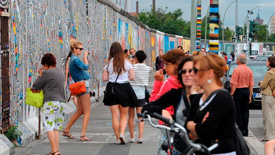 Vor der ehemaligen Berliner Mauer: In den Köpfen ein Volk