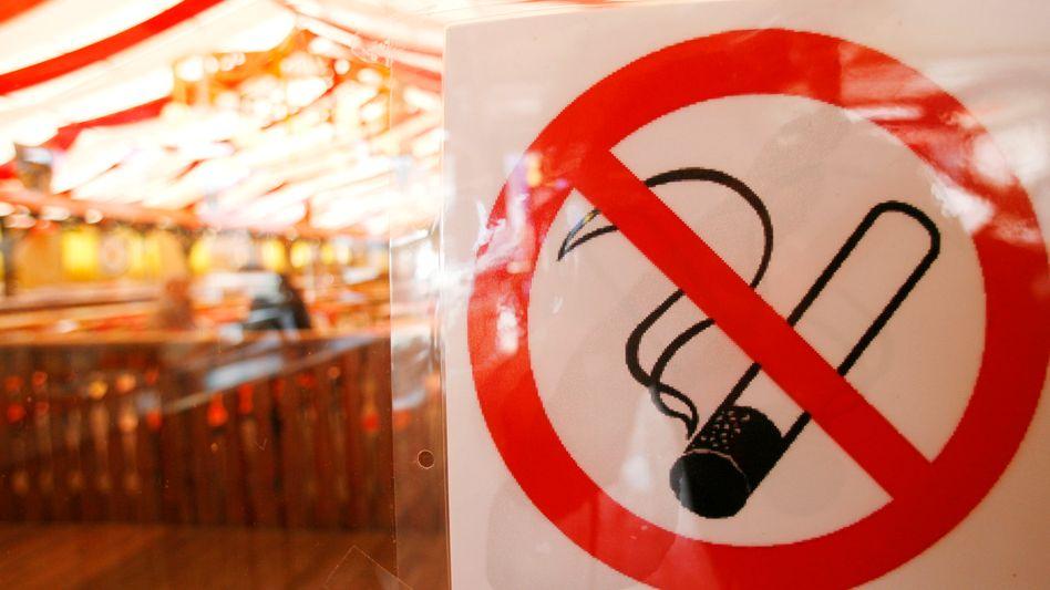 Rauchen verboten: Hinweisschild bei einem Volksfest in Würzburg