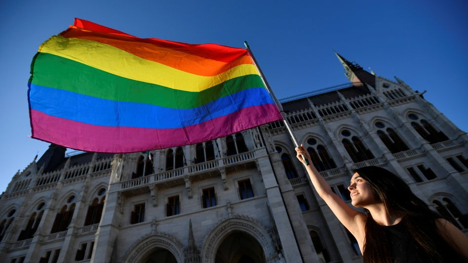 Protest mit der Regenbogenfahne in Budapest gegen ein geplantes Gesetz
