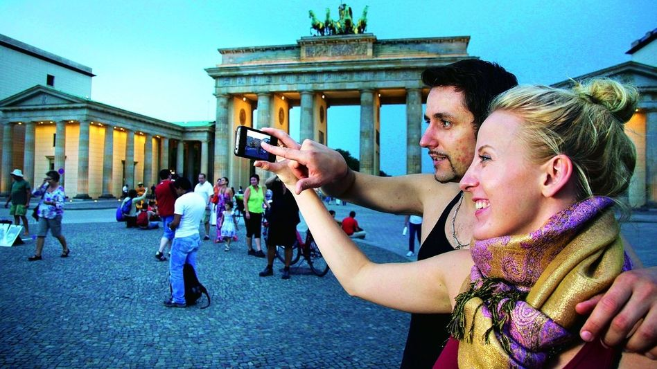 Touristen beim Erfassen von Sehenswürdigkeiten in Berlin: Verschmelzung von Bits und Atomen, Web-Adressen und Hausnummern