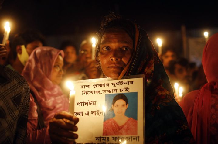 Gedenkveranstaltung für die Opfer des Rana-Plaza-Einsturzes. Im April 2013 kamen über 1100 Menschen um, als eine Textilfabrik nahe Dhaka, Bangladesch, einstürzte