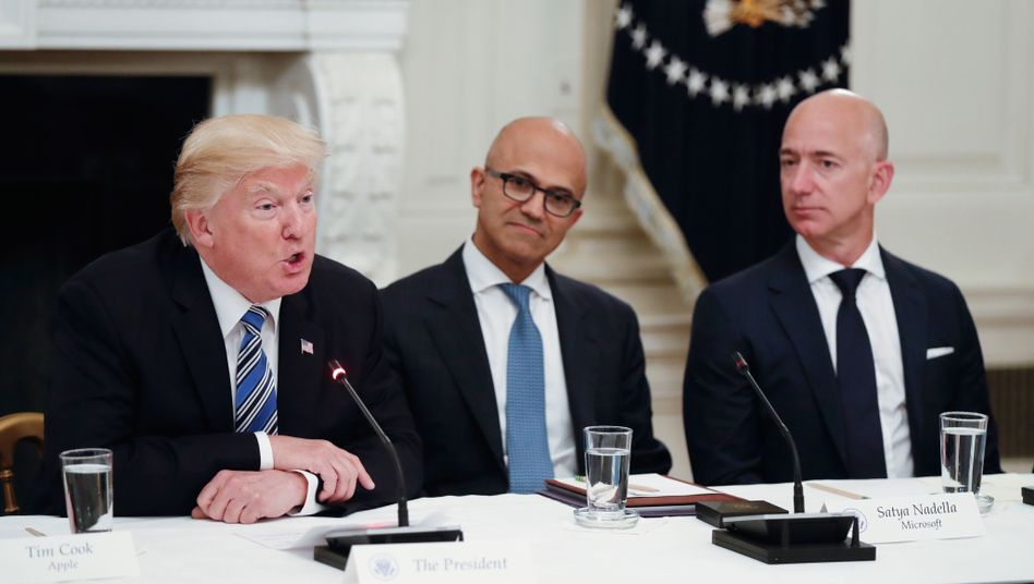 Donald Trump mit Microsoft-Chef Satya Nadella und Amazon-Boss Jeff Bezos
